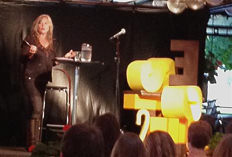 Berit Hedemann fortalte hvordan virkeligheten kan settes sammen til en god historie. (som på Facebook…) Lydklippene hun spilte illustrerte veldig godt hvordan man får publikum hekta, og det som hjalp aller mest - var å ha en hemmelighet...
