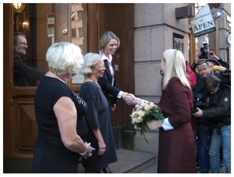 Kronprinsessen ble tatt i mot av byråd Sylvi Listhaug, Liv Jessen (Pro Sentret) og Janni Winterbauer (PION) KILDE: Prosentrets Årsrapport 2008 / prosentret.no