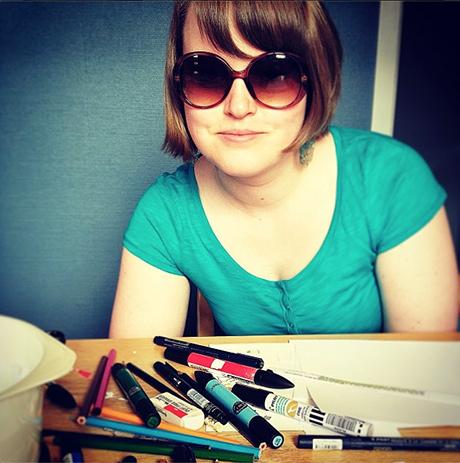 Elise med solbriller under et tidligere hemmelighetsverksted!