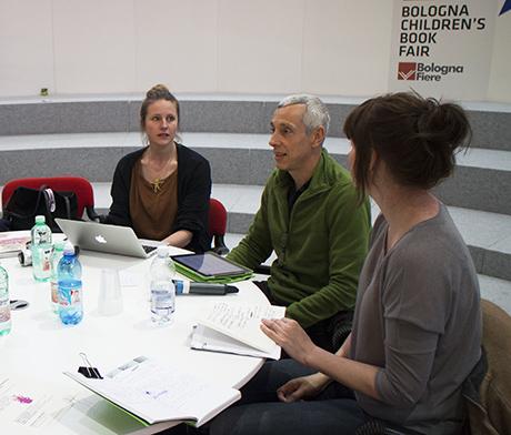 Sekunder før vi går i gang på scenen.  Styremedlemmene i EIF representerer Svenska Tecknare, Kuvittajat (Finland), AI (Italia) og Grafill.