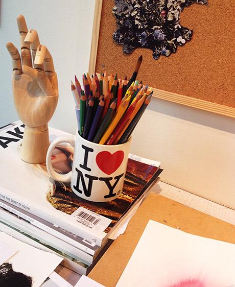 En annen pult med inspirerende hånd og reisekopp.