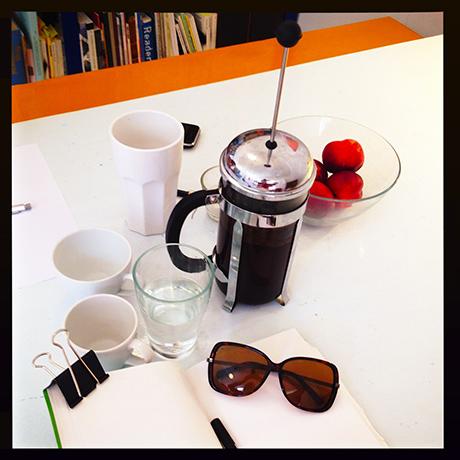 Mørk kaffe og mørke briller.