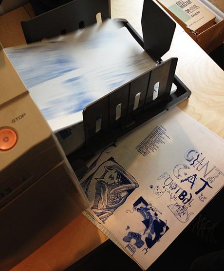 Papirene suser ut. Først i blått og så en ny runde på rødt, som er dagens farger.