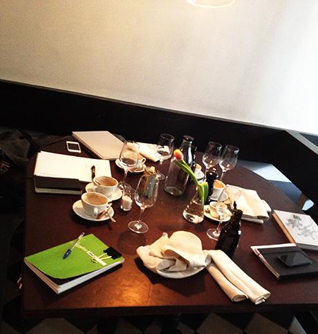 Slik så møtebordet ut sist vi var i Stockholm. Gode idéer, planer og