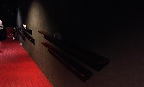 Gulvet funker som en rød løper. Her er det fine vegger å dekorere!