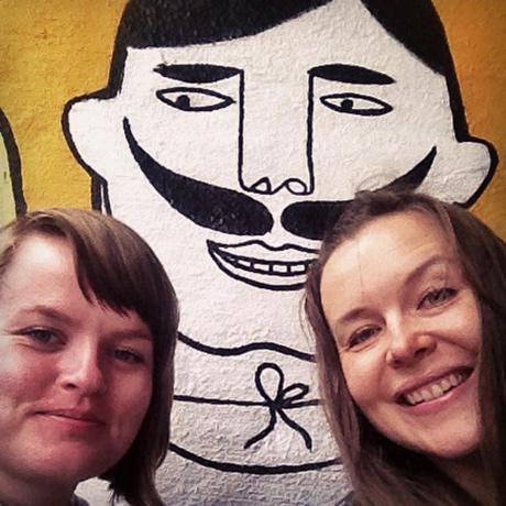 I tillegg til kunst på veggene er selve inngangspartiet på Parkteatret malt. Vi måtte jo si ja til han er som så pent spurte om en selfie!