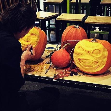 Oktober ble avslutta med knask og knep for mange. Denne kunstneren traff jeg på mathallen - mye bedre enn plast synes jeg!