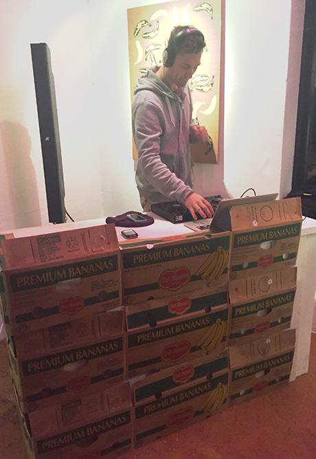 DJ bak banankasser sørga for livlig musikk og steming!