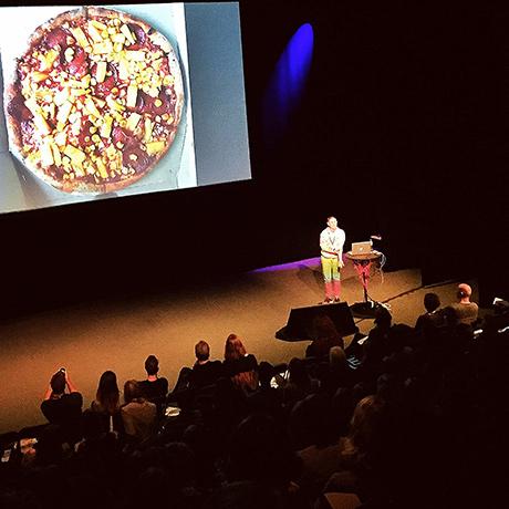 Kate Moross viser fram pizzatattis hun har på armen og vil heller snakke om overtidspizza enn inspirasjon. Inspirerende!