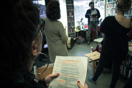 Fotografen smygtitter ned i hemmelighetene mens Oddmund Kårevik leser