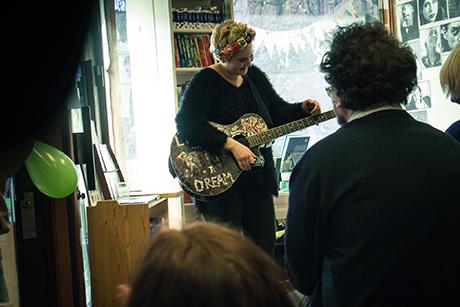 Annie Woodward gir bort drømmer med gitaren
