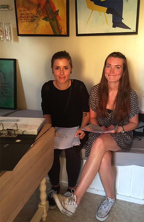 Adele og Kristina på førvisning. Favorittskissene er sikra!