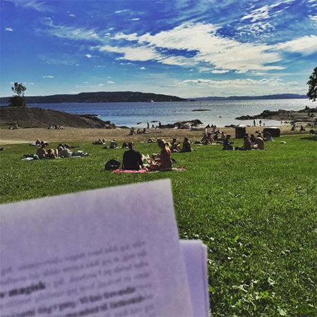 Standkontor på en av de fine dagene i sommer. Et av Gitte sine kapitler gjennomleses som inspirasjon til illustrasjon og layout.