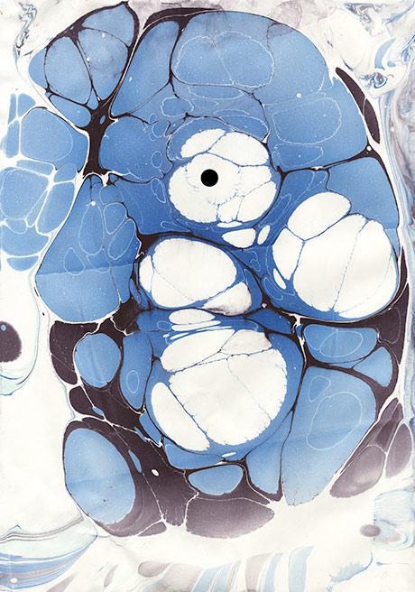 En sort prikk som pupill og vips: første scannede marmorering viste seg å bli en mann som har lagt kinnet ned i en kopimaskin. Kunstprint kan kjøpes her eller via linken i bildet.